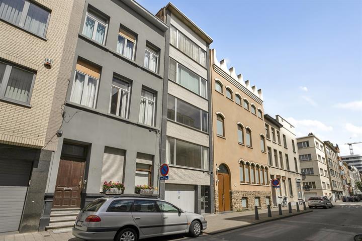 Te renoveren appartement met één-slaapkamer en terras.