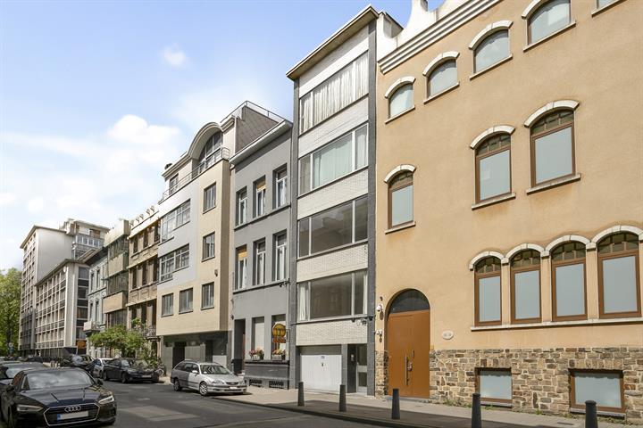 Te renoveren appartement met één-slaapkamer, terras en autostaanplaats.